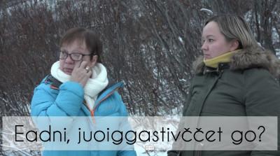 Kuva elokuvasta Eadni, juoiggastivččet go? Kuvassa kaksi naista toppatakeissa, taustalla lehdettömiä pensaita, ja toinen pyyhkii silmäänsä.