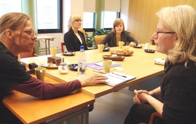 Valokuva: Ismo Helén ja Aidan Moesby keskustelevat pöydän ääressä