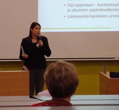 Johanna Korkiamäki puhuu edessä
