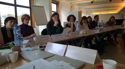 Komission edustajia pöydän ääressä