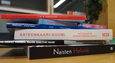 Pino erikielisiä kirjoja, joissa on sateenkaari- tai queer-teema.