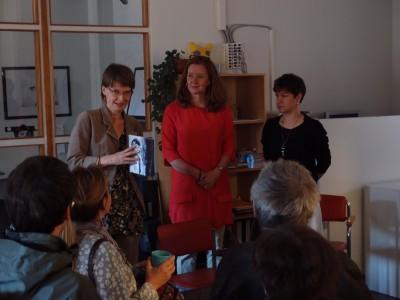 Kolme naista vierekkäin keskustelemassa