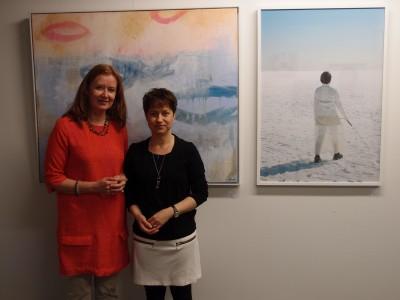 Taiteilijat vierekkäin, takana yksi maalaus-valokuva -pareista