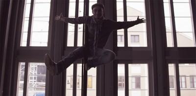 Tuottaja-Antti hyppää ilmaan mustavalkoisessa kuvassa