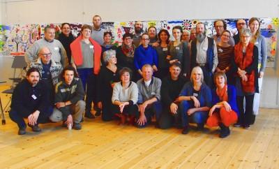 Ryhmäkuva Culture - Inclusion - Participation -hankkeen osallistujista Tanskassa Klaverfabriken-kulttuurikeskuksen ryhmätyötilassa.